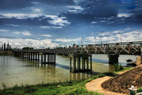 Cầu Hiền Lương bắc qua sông Bến Hải